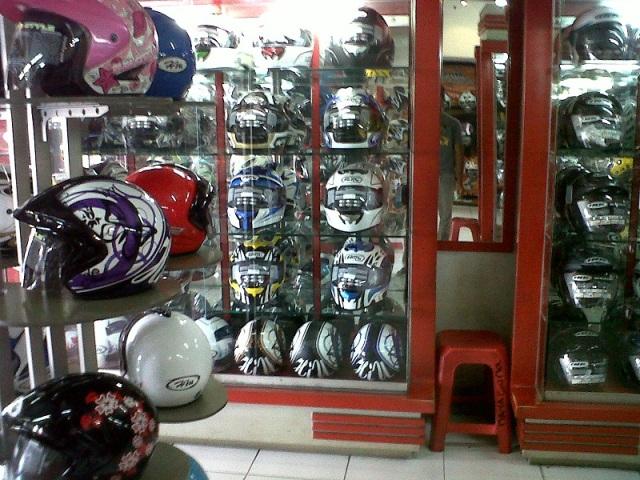Toko helm di Otista Jatinegara dengan produk jual 1 atap produsen