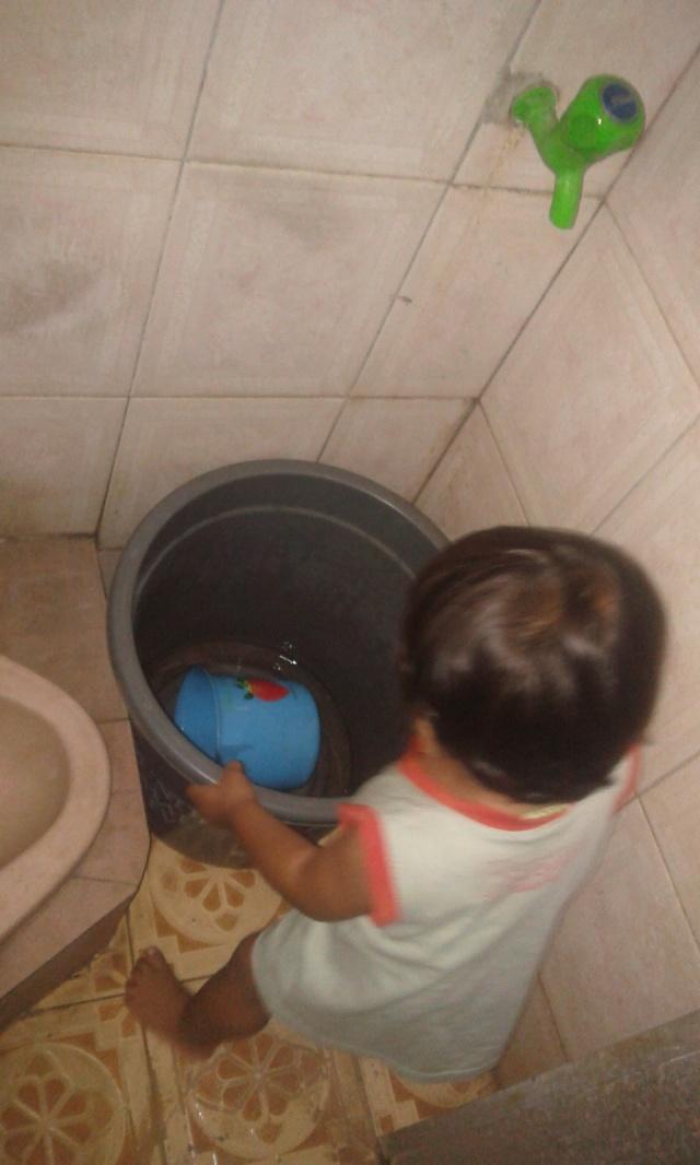 Tenteng ember ke kamar mandi