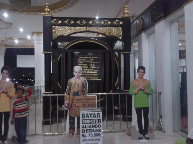 ini bukti bahwa masjid ini diprakarsai oleh Aliando Syarief, artis sinetron Ganteng Ganteng Serigala (GGS)