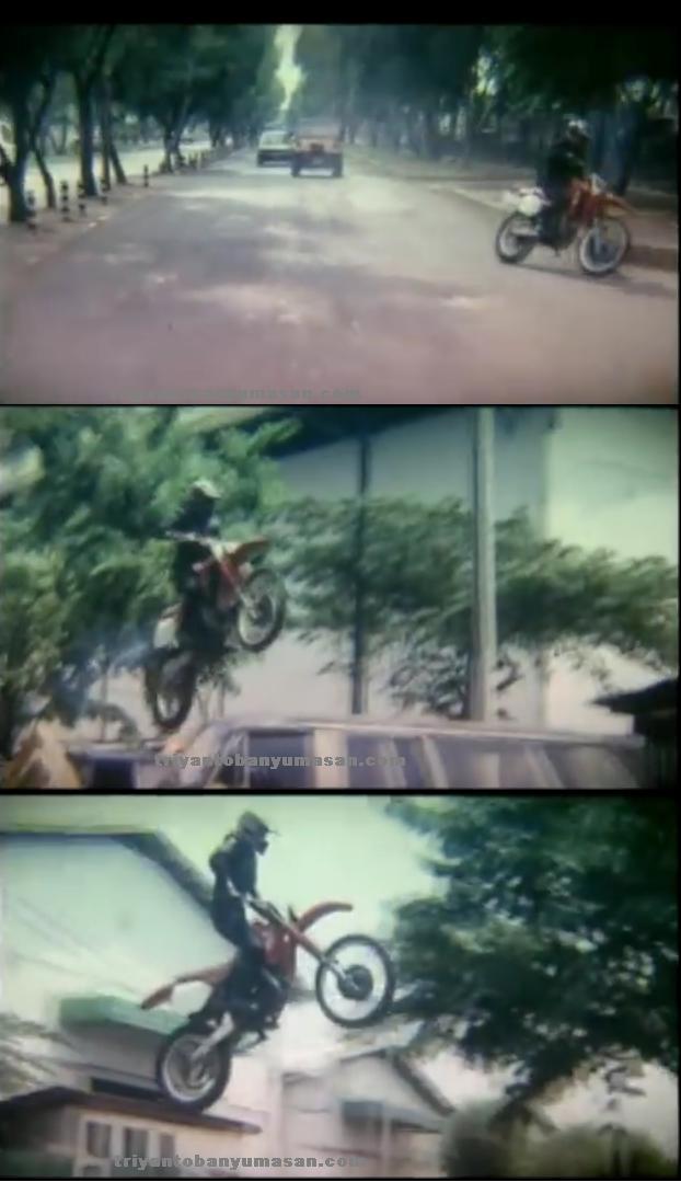 aksi sepeda motor trail bike dalam film jadul Badai Jalan