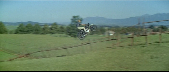 Aksi sepeda motor klasik Lompat pagar kawat