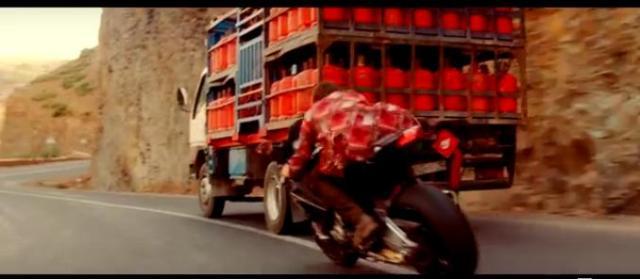 Salah satu adegan aksi Tom Cruise dengan sepeda motor BMW S1000RR dalam Mission Impossible 5 : Rogue Nation