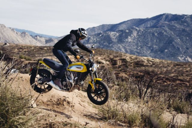 Aksi Ducati Scrambler jumping